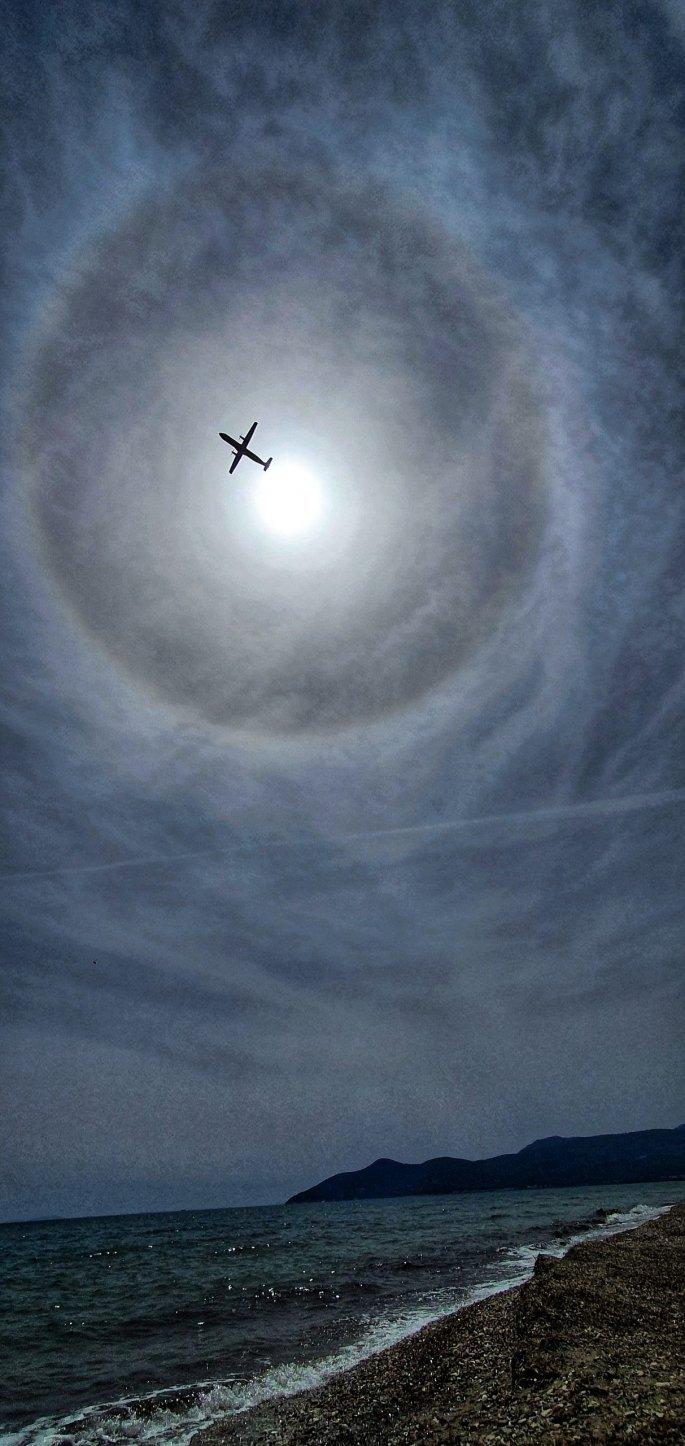 Το σπάνιο φαινόμενο της ηλιακής άλω πάνω από την παραλία του Πυθαγορείου κατέγραψε με την κάμερά του ο Δημήτρης Μπιράτσης.