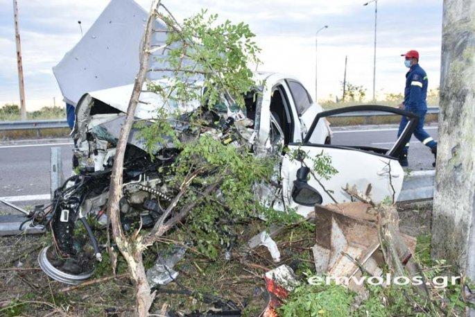 Η σύγκρουση ήταν τόσο σφοδρή που το ΙΧ έγινεμια άμορφη μάζα ενώη μηχανή του αυτοκινήτου εκσφενδονίστηκε πολλά μέτρα μακριά από το όχημα.