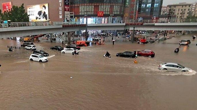 Πλημμύρες στην κεντρική Κίνα: 12 νεκροί στο μετρό της πόλης Τσεντσόου